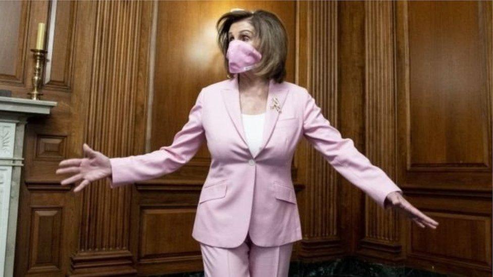 رئيسة مجلس النواب الأمريكي، نانسي بيلوسي، ترتدي كمامة بلون لباسها الوردي