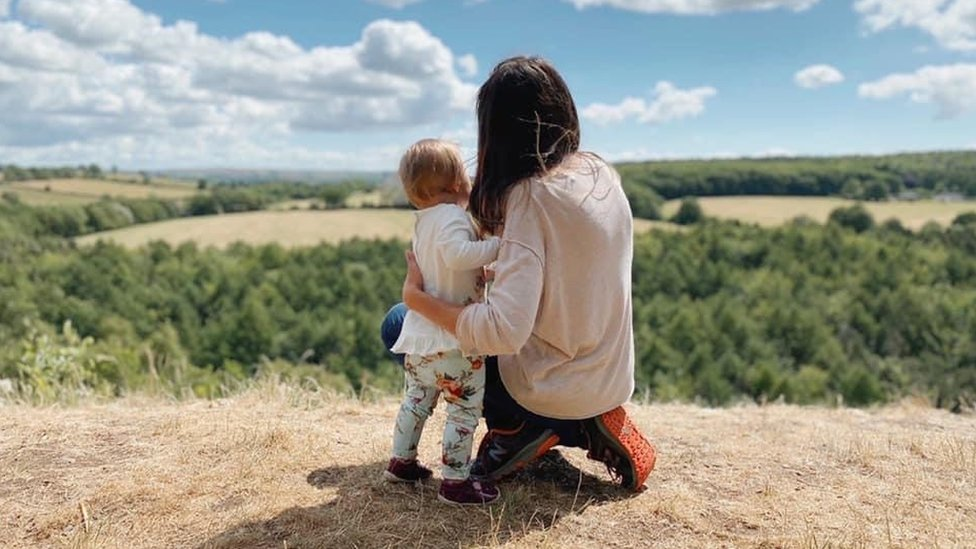 Zia y su hija en un campo