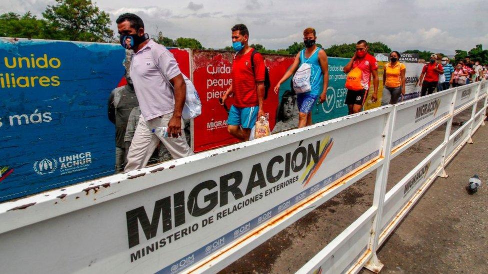 Venezolanos cruzan el puente de Cúcuta