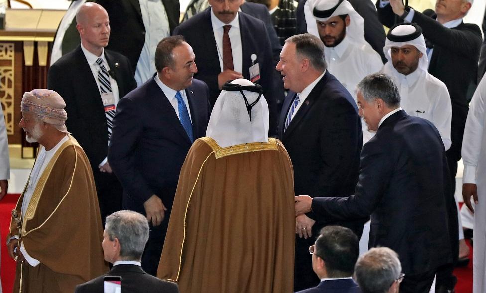 El secretario de Estado de Estados Unidos, Mike Pompeo, y el ministro de Relaciones Exteriores de Turquía, Mevlut Cavusoglu, en Doha