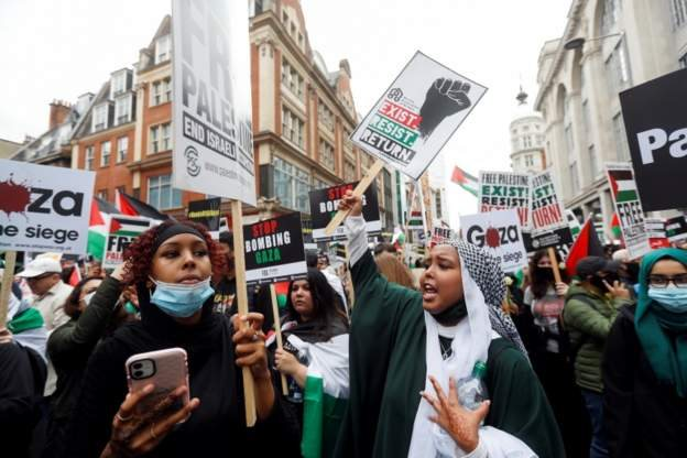 Pengunjuk rasa di depan kedutaan Israel di Kensington, London.