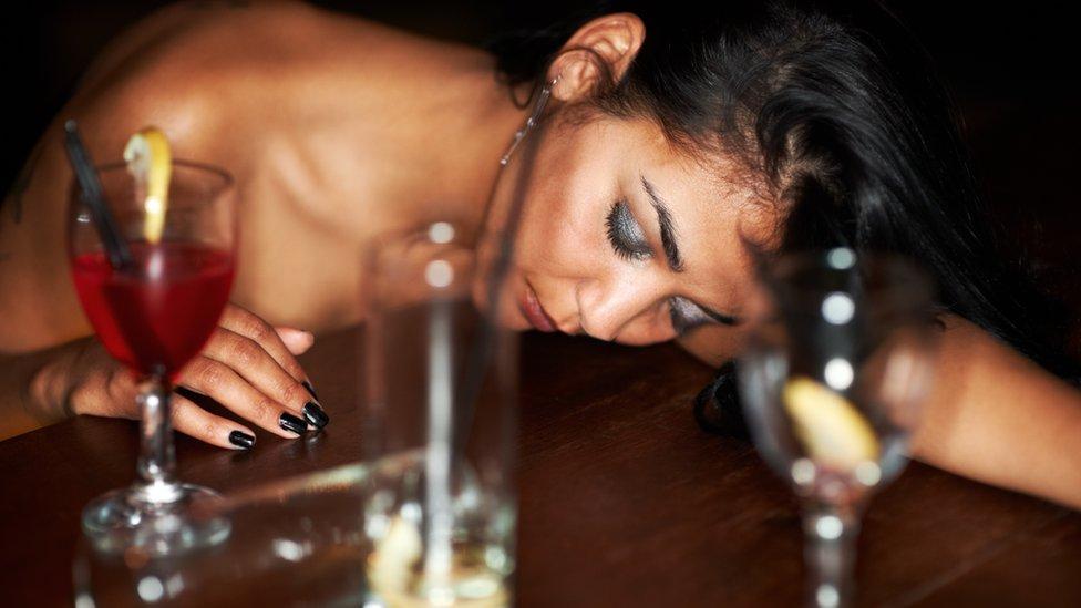 Joven bajo los efectos del alcohol.