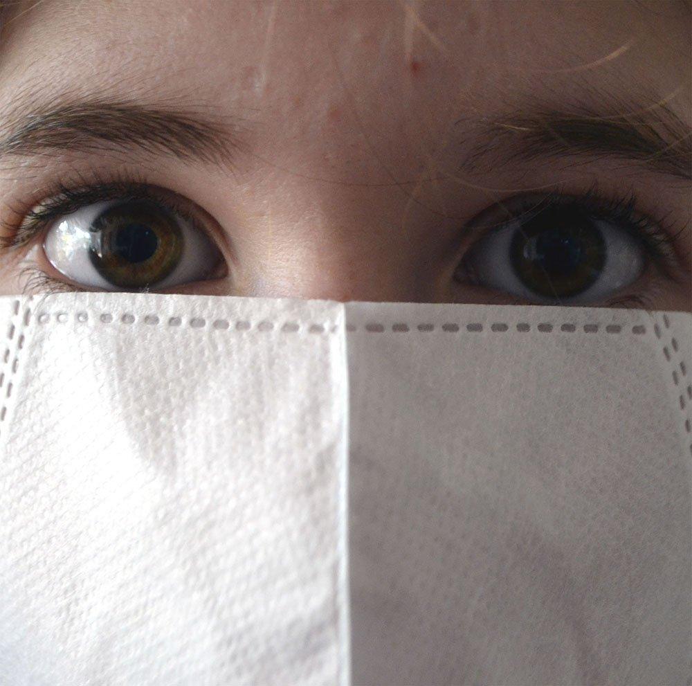 žena sa maskom