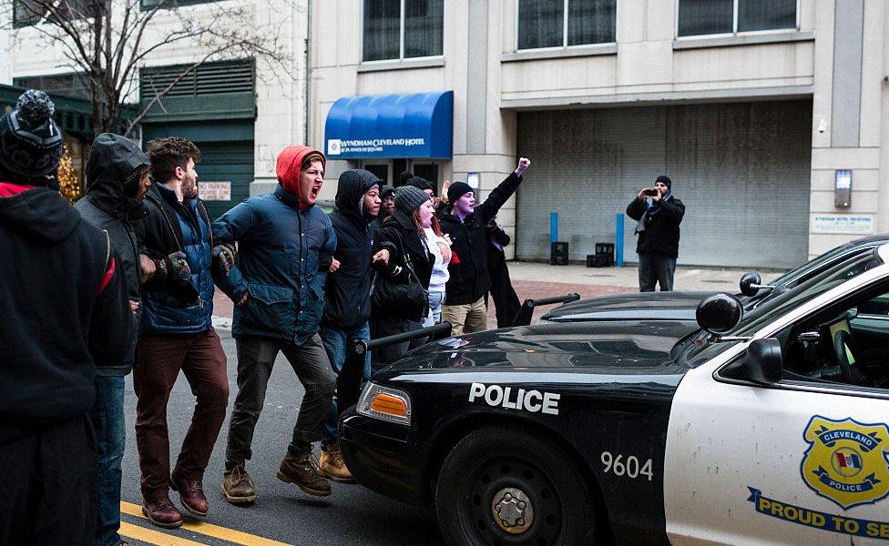 Protestas frente a una patrulla.