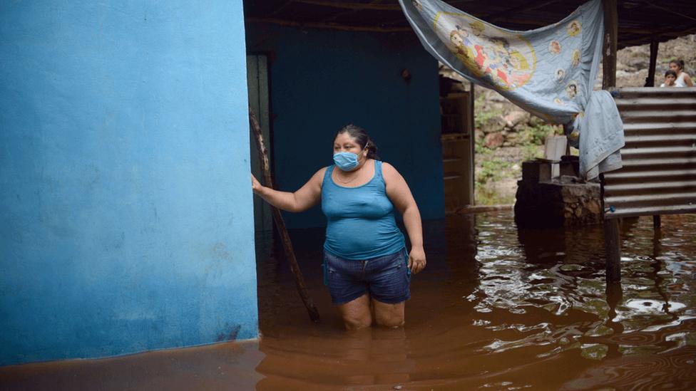 Mujer en su casa inundada