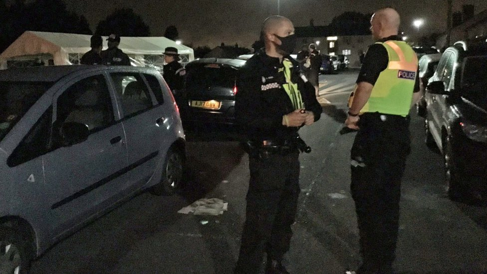 الشرطة تفرق احتفالا في الشارع في برمنغهام