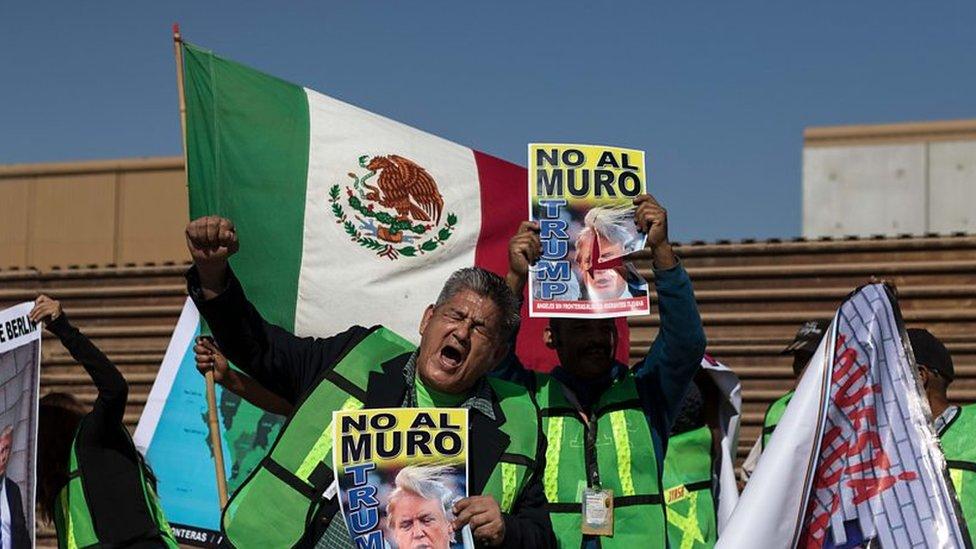 Hombre protestando contra el muro de Trump