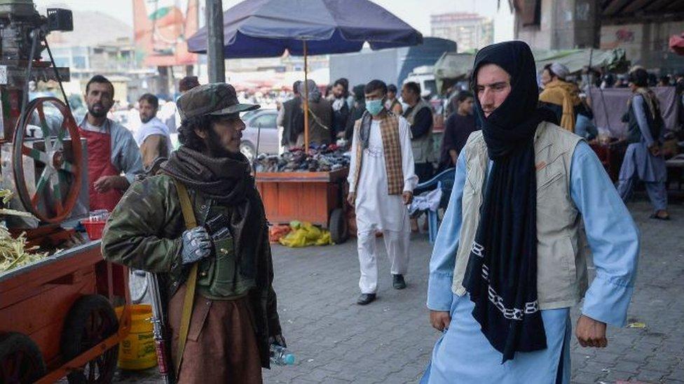 Un mercado en Kabul vigilado por talibanes