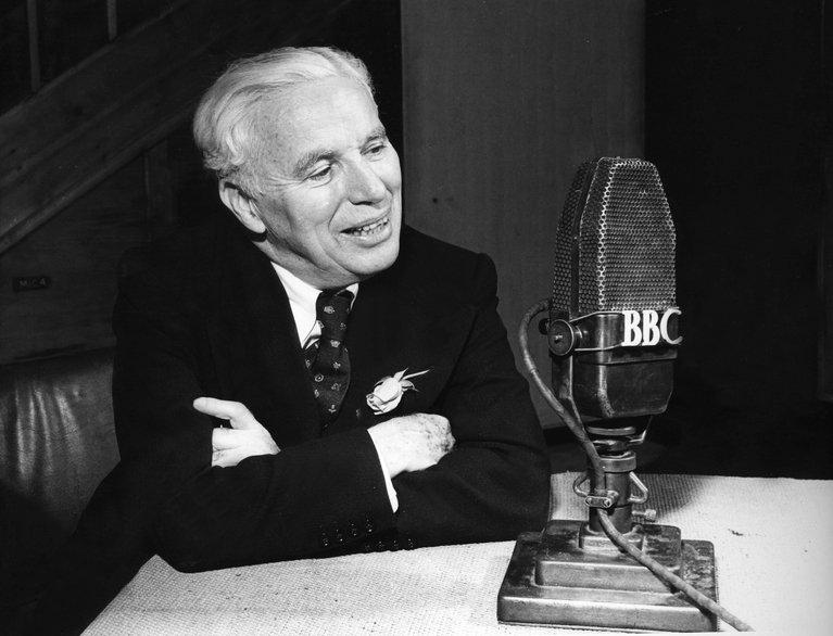 Čarli Čaplin prilikom gostovanja na Radiju BBC 1952. godine