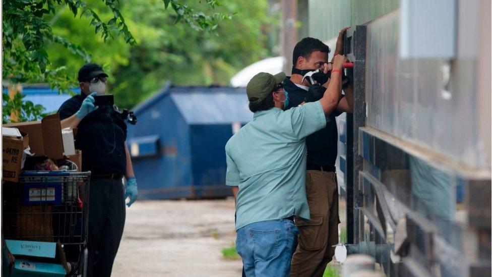 疑似美國官員強迫打開一扇門進入該領事館。