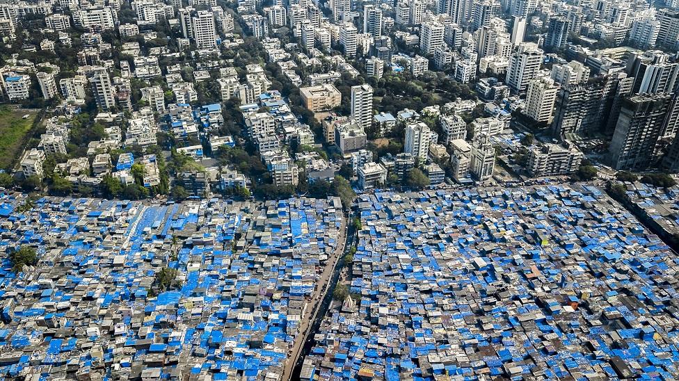 Los rascacielos contrastan con las viviendas informales en Bombay, India