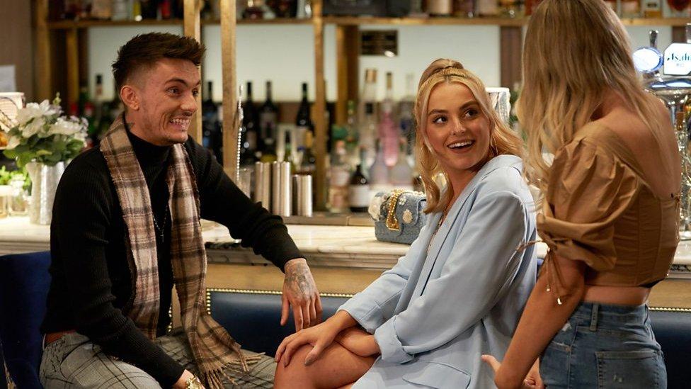 Poppy y Elliot al momento de conocer a la cita de Elliot.