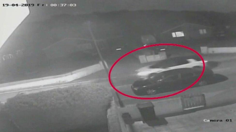 Imagen de una cámara de circuito cerrado (CCTV ) en a que se ve unos vehículos