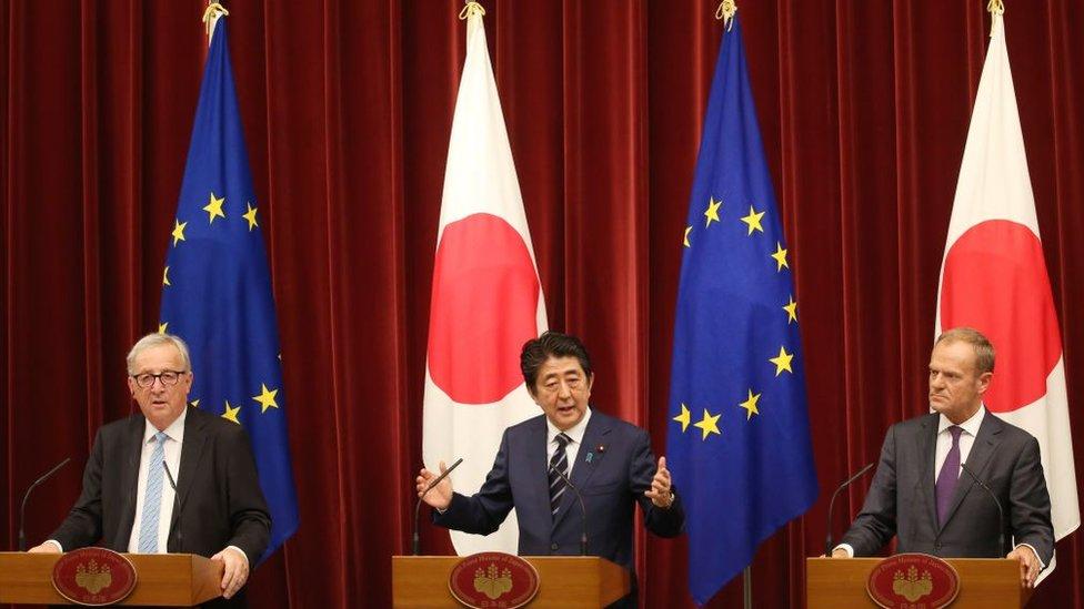 El presidente de la Comisión Europea Jean-Claude Juncker (izquierda), el primer ministro nipón Shinzo Abe (centro) y el presidente del Consejo Europeo, Donald Tusk (derecha).