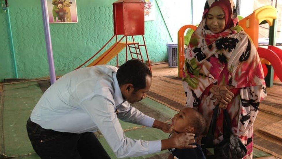 Fadil Elamin revisando a un niño.