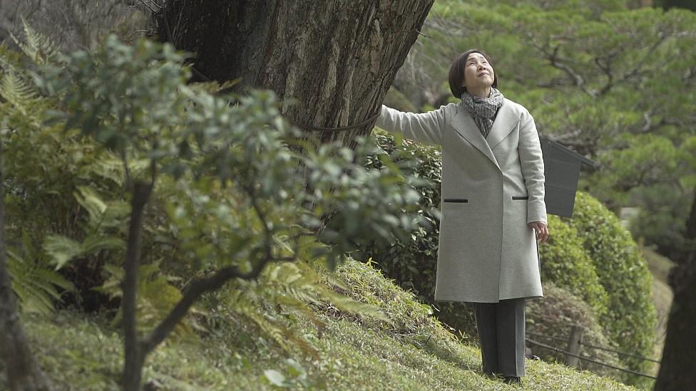 Tomoko Watanabe junto al gingko de tres siglos en el jardín Shukkeien