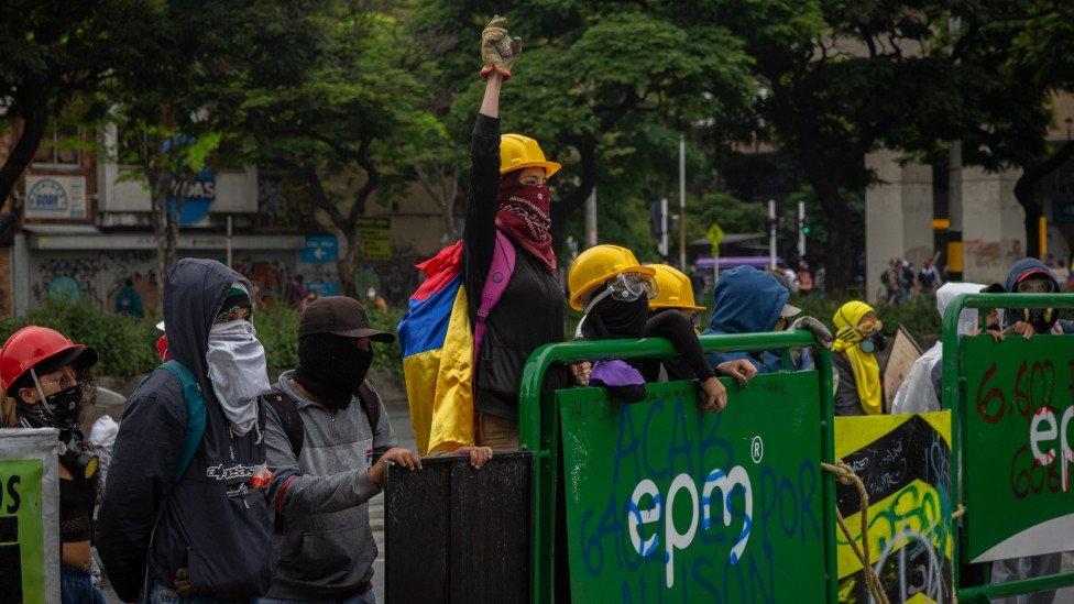 Una mujer levanta su mano en protesta durante manifestaciones en Medellín, 18 de mayo de 2021