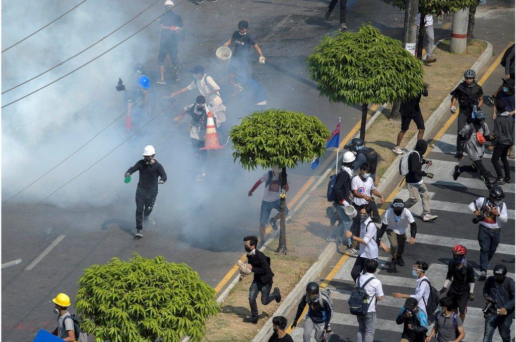 仰光民眾針對軍事政變的抗議活動中,示威者逃離警方釋放的催淚瓦斯(2021年2月28日)。