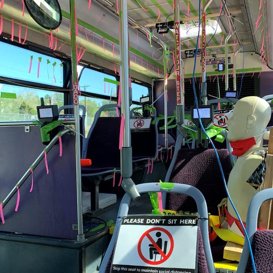 Experimento en un autobús con sensores y maniquí para medir la dispersión de aerosol con las ventanas abiertas