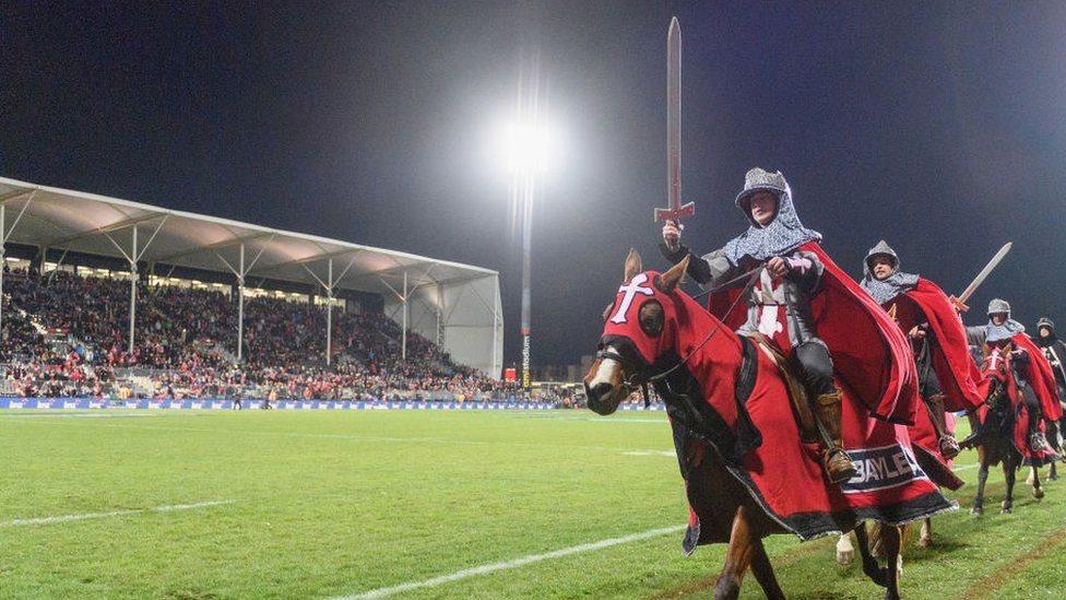 تقليد كان مُتّبعا قبل مباريات نادي كروسايدرز بأن يخطر في الاستاد فرسانٌ على ظهور خيول بينما يتلقدون سيوفا