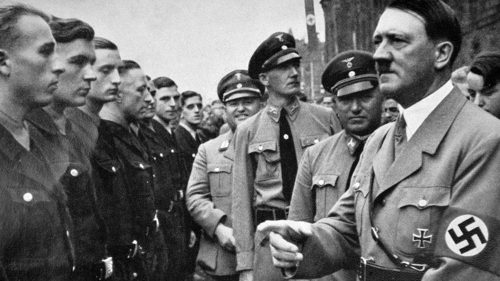 Hitler acompañado de Robert Ley durante un mitin político nazi