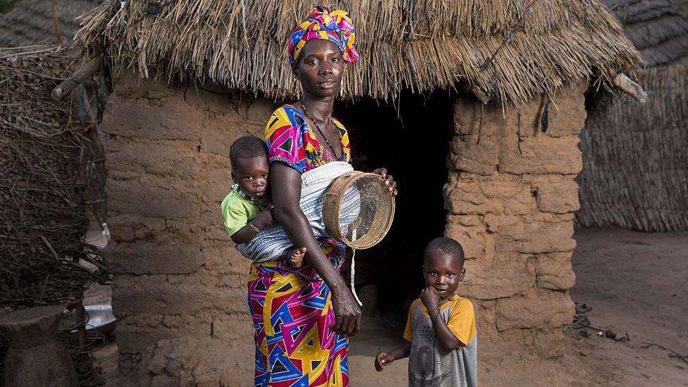 Mujer senegalesa con sus hijos.
