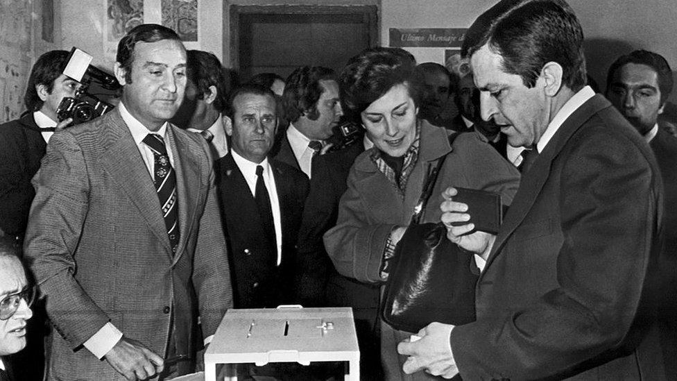 Adolfo Suárez votando en España.