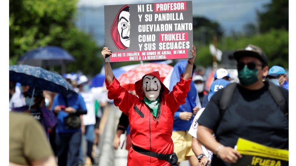 Entre 5.000 y 15.000 personas salieron a las calles de San Salvador para rechazar recientes decisiones del ejecutivo.