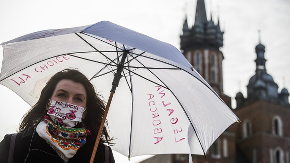 Poland abortion: Top court to rule on almost total ban thumbnail