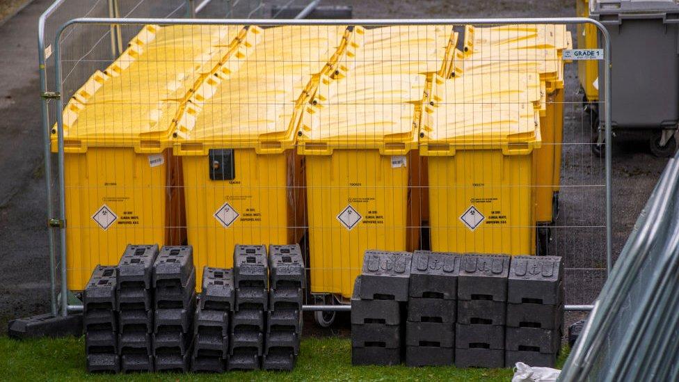 Contenedores de residuos sanitarios en Manchester, Inglaterra.