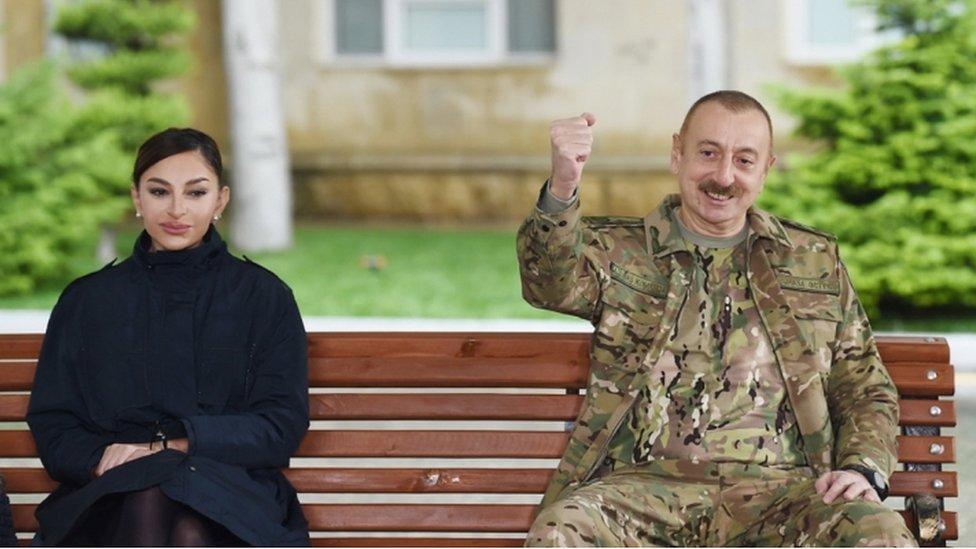 El presidente de Azerbaiyán, Ilham Aliyev (der.), Y la primera dama, Mehriban Aliyeva (izq.), Se reúnen con soldados que están recibiendo tratamiento.