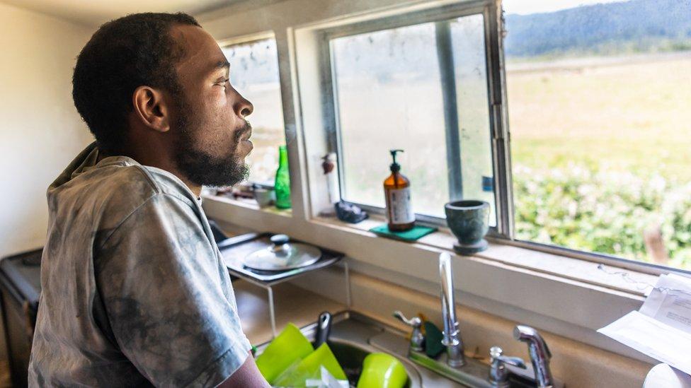 Estadounidense afroamericano en su casa