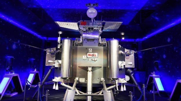 En la imagen se observa una maqueta del módulo de aterrizaje y nave rover Chang'e-4.