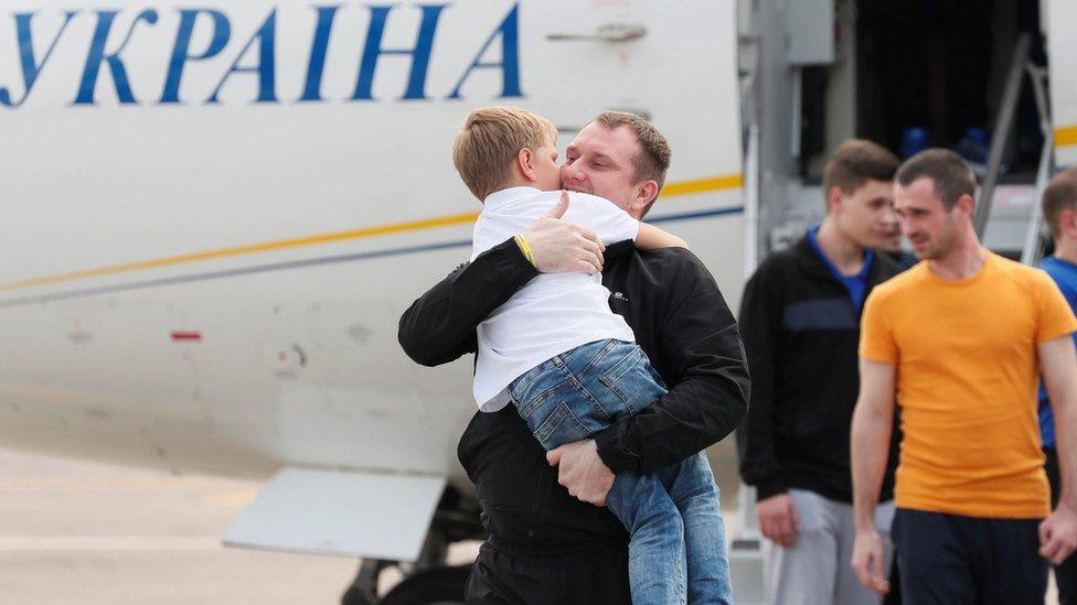 Los exprisioneros ucranianos vivieron un emotivo reencuentro con sus familiares en un aeropuerto en Kiev.