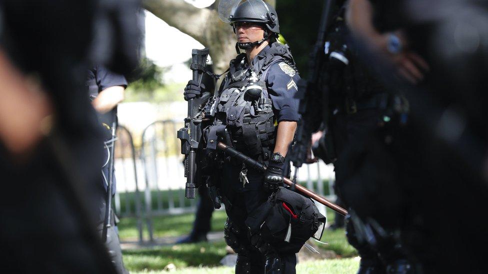 加利福尼亞一名全副武裝的警務人員