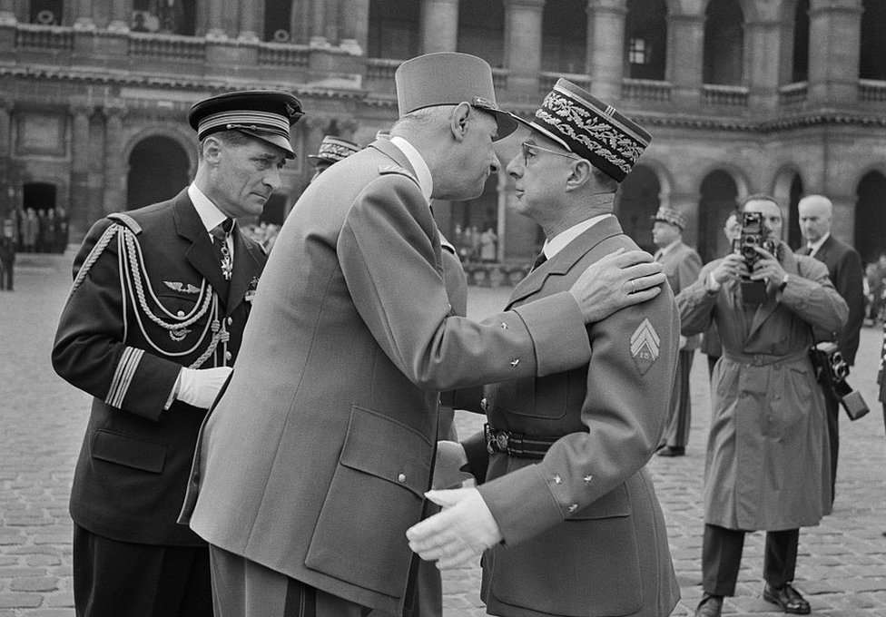 كرم الرئيس الفرنسي شارل ديغول الجنرال شارل أيوغية بوسام الشرف العسكري بعد أول تجربة نووية