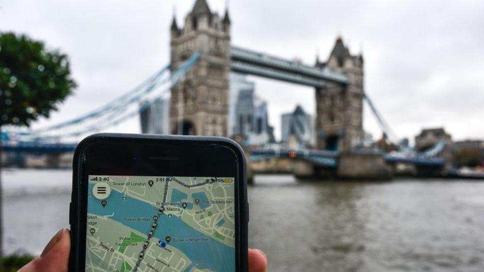 Un celular con la app de Uber en Londres