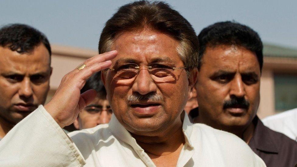 أصدر مشرف عفوا عن خان في اليوم التالي لإلقاء القبض عليه لكنه ظل رهن الإقامة الجبرية حتى عام 2009