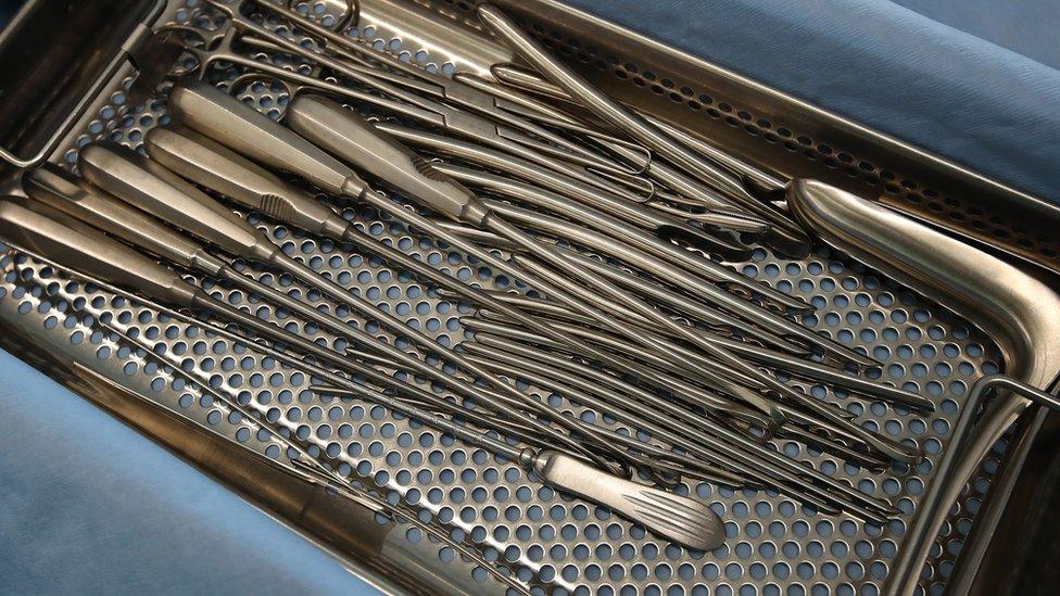 أدوات طبية لإجراء عمليات الإجهاض