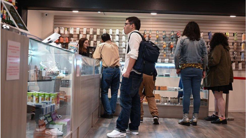 Turisti razgledaju po prodavnici marihuane u Los Anđelesu