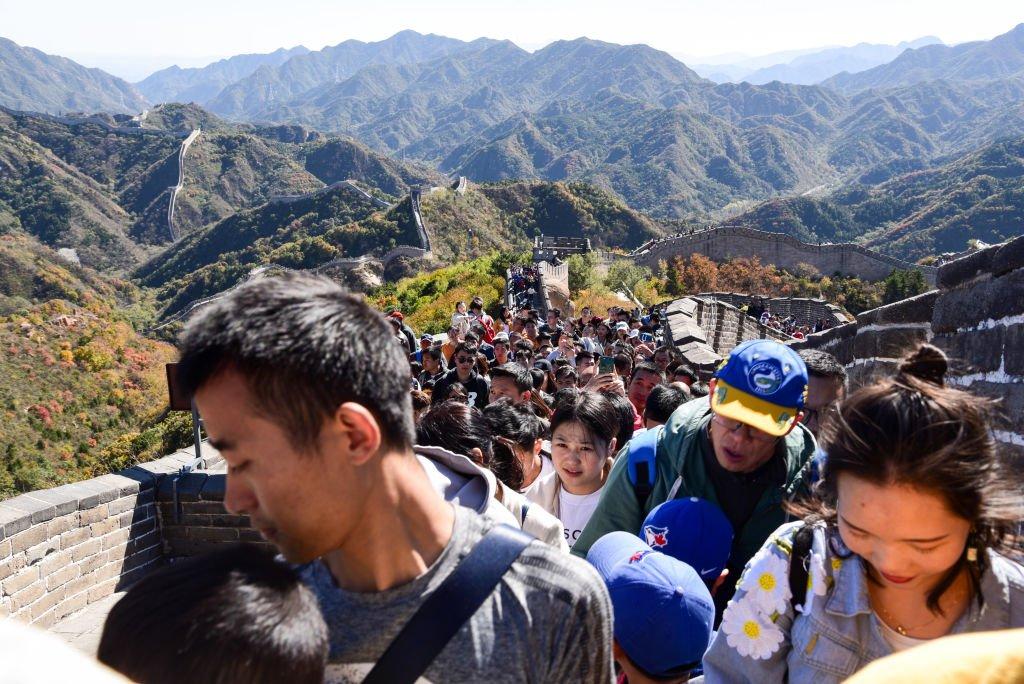 很多中國遊客集中在假期出遊,導致熱門景點人數井噴。