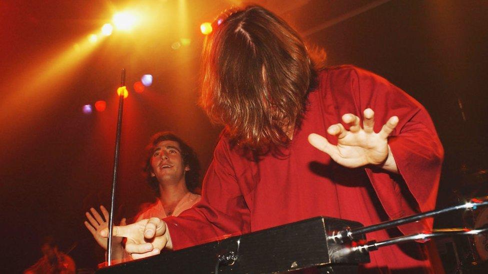 Toby Halbrooks, músico de theremin de The Polyphonic Spree, actúa en el Astoria el 6 de noviembre de 2004 en Londres.