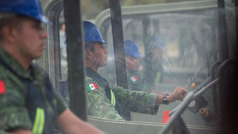 Personal militar en camiones de construcción