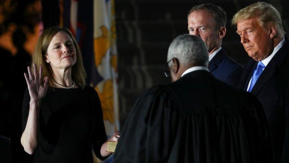 Amy Coney Barrett jura como juez de la Corte Suprema
