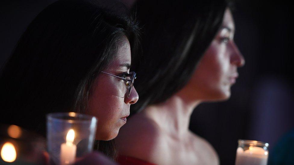 BBC. NO USAR. Dos mujeres inmigrantes en Estados Unidos sosteniendo unas velas