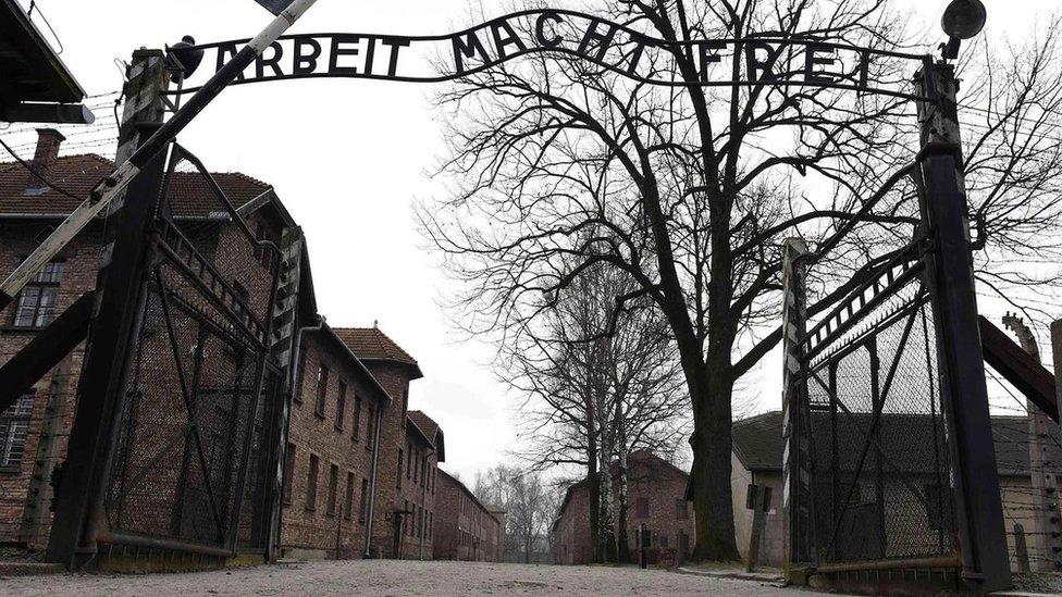 """قام النازيون بالحط من مكانة ملايين البشر وأزهقوا أرواحهم، في معسكرات الاعتقال خلال """"الهولوكوست"""""""