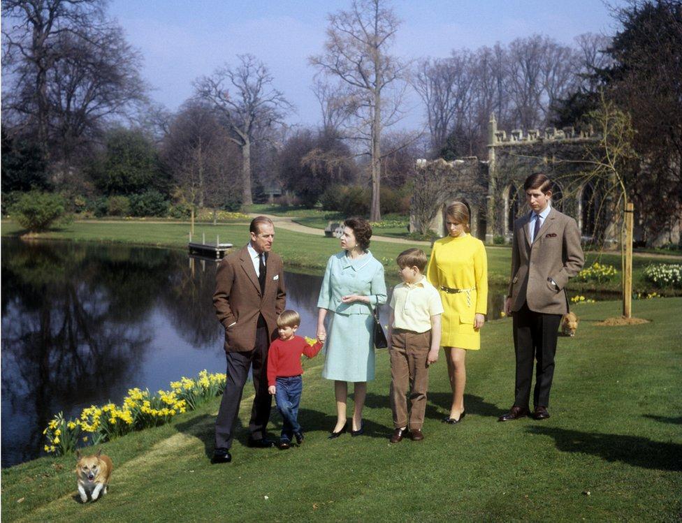 الملكة والأمير فيليب مع أولادهم الأربعة