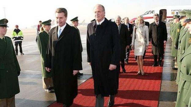 خوان كارلوس وخلفه كورينا زو ساين فيتغنشتاين خلال رحلة لألمانيا عام 2006