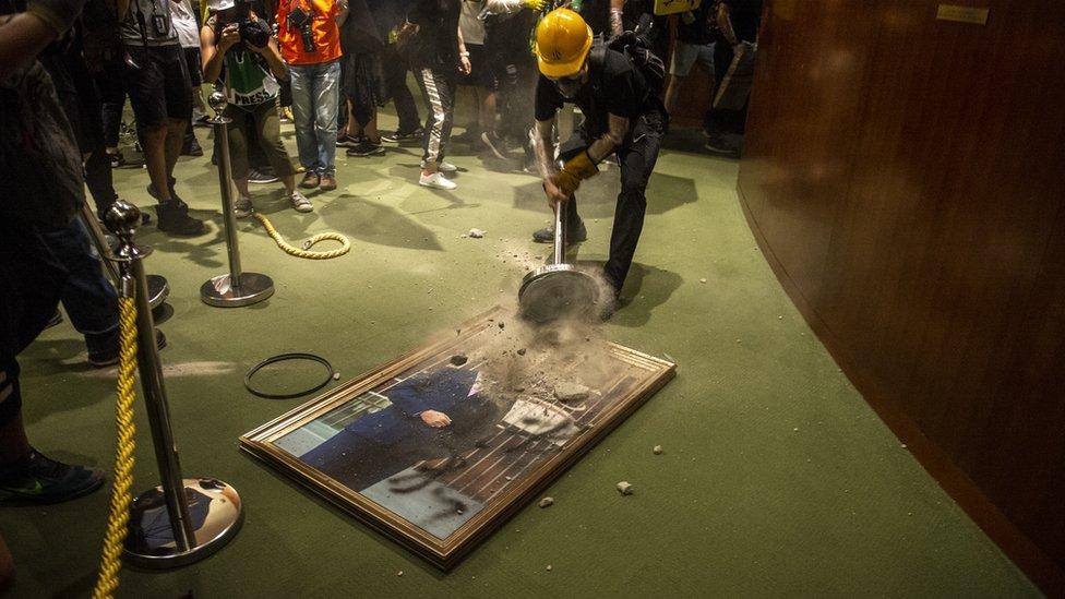 示威者採取的行動具有象徵意義,例如破壞的畫像均是被指過份親建制的立法會歷任或現任主席。