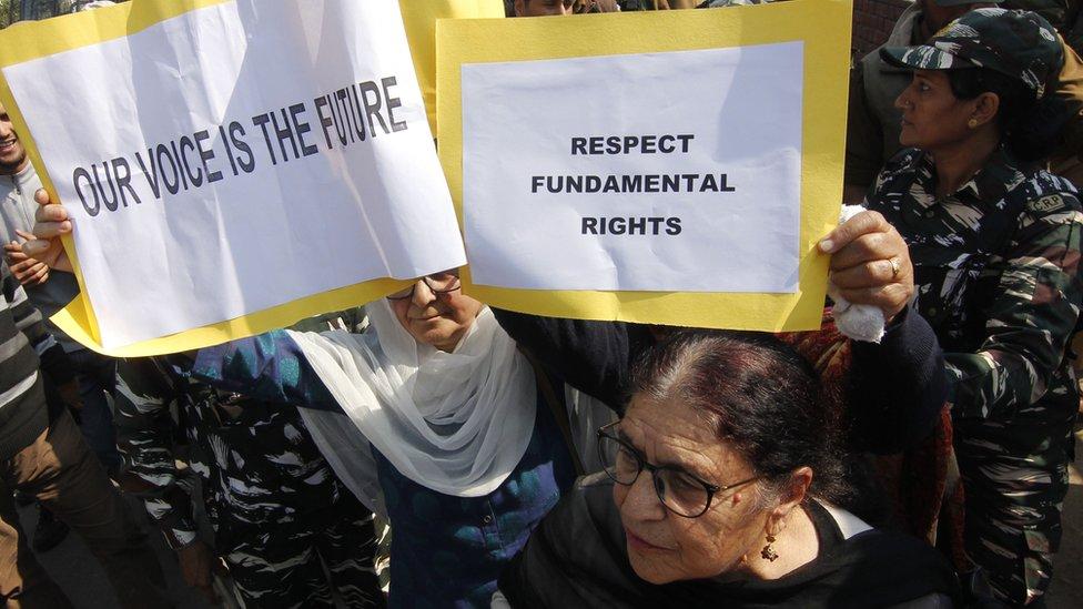 """عضوات من مجموعة """"نساء كشمير""""، إحدى منظمات المجتمع المدني، يحملن لافتات أثناء احتجاجهن على إلغاء المادة 370 في سريناغار ، كشمير ، 15 أكتوبر/تشرين الأول ، 2019."""